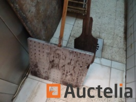baking-shovels-with-mussels-and-breads-1048631G.jpg